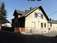 Na domě v křížení ulic Spojeneckých letců a PKH v Loučné, najdete poslední svědectví přítomnosti trolejbusové dopravy na Litvínovsku