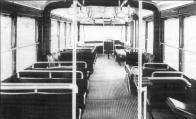 Interiér vozu 101/I pohled od zadních dveří vpřed. Na snímku, pořízeném při provozních zkouškách v září 1946 v Plzni, je vidět umístění stanovišť obsluhy a ostatní prvky vnitřku vozu