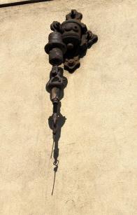 Detail ukotvení troleje na domě