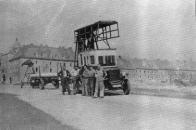 Nepříliš kvalitní, o to však cennější snímek pravděpodobně z léta 1944 zachycuje pracovní četu vrchního vedení při rozvozu sloupů budoucí trolejbusové trati. V pozadí nároží dnešních ulic S. K. Neumanna a Vrchlického v litvínovské Osadě