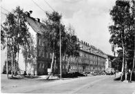 Trolejbus v dřívější Stalingradské. Za pozornost stojí, že není vystavěn rohový dům z loubím