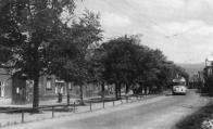 """Jeden z italských """"trofejních"""" vozů projíždí návsí Záluží směrem z Litvínova ke Stalinovým závodům. Dnes se zde nachází Petrochemie"""