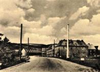 Připravené sloupy pro trolejbusovou trakci v ulici S. K. Neumana. Snímek kolem r. 1946