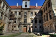 Západní průčelí zámku s hlavním vstupem
