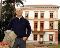 Miroslav Perout před zámkem Korozluky