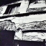 Hornická kolonie Mariánská v Uhelné ulici. Část původní fasády s písmeny a rizalitem