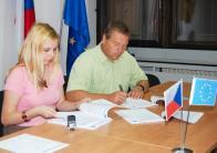 Smlouvu podepsal 4. září 2009 na Úřadu Regionální rady regionu soudržnosti Severozápad v Ústí nad Labem jednatel společnosti Ing. Jiří Ježek.