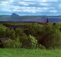 V pozadí Bořeň a střechy kláštera