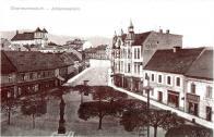 Na fotografii vzácně socha Jana Nepomuckého, podle které bylo náměstí na čas pojmenované
