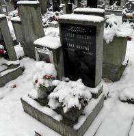 Fotografii se mi bohužel nepodařilo sehnat, tak tedy alespoň hrob na litvínovském hřbitově
