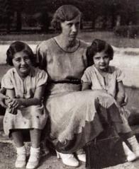 Ela (vpravo) se sestrou Ilonou a chůvou Marií, 1934
