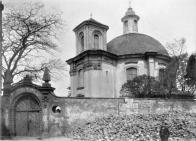 Kaple sv. Barbory ohrazená hřbitovní zdí s bránou