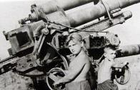 Častý obrázek z období těsně po skončení II. světové války. Flak a na něm si hrající kluci. Tato fotografie pochází od Slaného