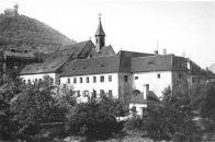Klášter kapucínů s kostelem Nanebevzetí Panny Marie v Mostě,v pozadí Hněvín