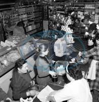 Interiér prodejny na koldomu 22.12.1957.