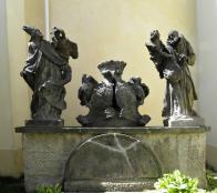V letech 1769 až 1773 byla vystavěna kaple Bratrství v barokním slohu.Proti ní je umístěno sousoší sv. Oldřicha a sv. Felixe, s aliančními znaky pánů z Lobkovic a pánů z Bubnu a Litic, které sem bylo přemístěno ze zrušené kaple v Dřínově