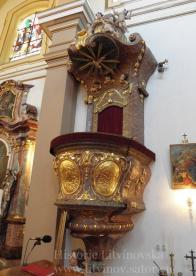 6/ Barokní kazatelna z pol. 18.stol. - kvalitní uměl. řezbářská práce. Má dvě části : spodní - hroznovitou s kruhovým parapetem, která se dolů zužuje a je zakončena květem. Po obvodu jsou výjevy ze života Pána Ježíše,znak Ducha sv., a v dalších obrazcích květy, převážně růže. Ve vrchní části jsou čtyři andílkové. Celková výška je 3,21 m.