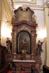14/ Oltář sv.Anny - pozdně barokní práce z 2.pol. 18.stol., - výška 7,5 m obraz: olej - sv.Anna,Jáchym a děvčátko- Panna Maria, ve vrcholu holubice s paprsky - Duch svatý 1. socha - sv. Jan Křtitel, bosý - výška 137 cm 2. socha - sv. Josef s Jezulátkem v náručí