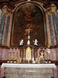 """Hlavni oltář (č.1) Zasvěcený patronu chrámu - pochází z první poloviny 17. století: baroko,dřevo,uměl. řezbářská práce, výška cca 13 m, menza ve tvaru rakve se zaoblenými rohy - bočnicemi,dřevo - mramorovité žíhané,svatostánek -tabernákl: žíhaný mramor. Obraz: """"sv.Michael, archanděl - souboj andělů"""" z dílny Karla Škréty - rozměry 5,6 x 2,8 m , ve vrcholu oltáře oválný obraz """" Nejsvětější Trojice """" -olej."""