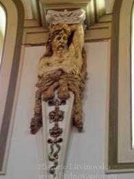 Reliéfní socha podpírající-neidentifikováno
