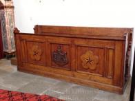 Rokoková lavice, v které zasedal rod Valdštejnů viz znak v čele