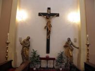 12/ Kalvárie -sousoší z první poloviny 17.stol., velmi hodnotná renezanční plastika: Křiž s tělem Kristovým cca 2.m vysoký, sochy sv.Jan a Panna Maria v životní velikosti