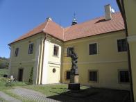 K faře byla  v létech 1769 - 1773 přistavěna kaple Bratrství. Vše rovněž v barokním slohu. Stavba tvoří písmeno U. V její užší části je umístěna socha sv. Jana Nepomuckého, která stávala v Litvínově na náměstí před kostelem již v roce 1727. Proti ní je umístěno sousoší sv. Oldřicha a sv. Felixe, s aliančními znaky pánů z Lobkovic a pánů z Bubnu a Litic. Sem bylo přemístěno ze zrušené kaple v Dřínově.