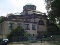 Pro porovnání jsem zde přidal fotografie brémského krematoria podle návrhu architekta H. W. Behrense. Sami můžete porovnat, zda se architekt August Kirstein inspiroval..