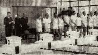 V pálek 23. března 1973 bylo slavnostně předáno veřejnosti do užíváni nové kryté plavecké středisko v Ukrajinské ulici. Na snímku Milana Lorence vitá přítomné představitele stranických a státních orgánů, sportovce a hosty tajemník Městského národního výboru v Litvínově soudruh Adolf Kořínek. K přítomným pak promluvil předseda MěstNV soudruh Otto Scherer