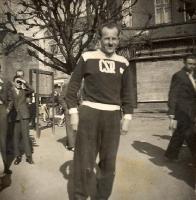 E.Zátopek na nám.Míru,před domem kde dnes stojí pošta. Snímek z téhož roku je z rodinného archivu pana Jaroslava Macáka