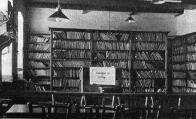 Interiér německé čítárny a knihovny v čp. 11 na náměstí Míru