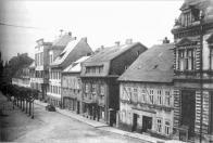 Pohled na severní stranu náměstí Míru v Litvínově s nově přestavěnou budovou čp.  11 (budova radnice) a s přilehlými čp. 173 a 176, kde postupně sídlila městská knihovna