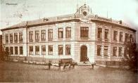 Budova bývalé školy v Hamru (postavena 1898) kde byly vymezeny prostory pro obecní knihovnu a následně i pobočku Hamr
