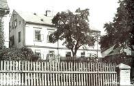 Budova lázni čp. 140, které zde byly provozovány od roku 1836. Využívaly sirnato-železité prameny objevené na nedalekých svazích roku 1823. Lázně zanikly po roce 1945. Na snímku lázeňská budova z 20. let 20. století, původní stavba z roku 1708