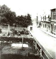 Pohled do Lázeňské ulice východním směrem, vlevo zahrada lázní, vpravo čp. 313, 142, 289.