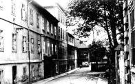 Třípatrová továrna uprostřed přestavená stavitelem F.Nuskou pro F. Teibler a Seemann č. p. 9. Zezadu navazovala na starší blok č. p. 10. Obě budovy sloužily kdysi jako barvírny sukna.Definitivně byly bloky likvidovány r. 1980.