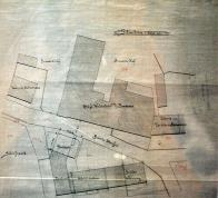 Stavební plán obr. 3 Na plánku vidíme půdorysnou dispozici budov kolem roku 1900. Je zde patrná dostavba krajního domu č. p. 94 v bloku sladovny. Naproti sladovně je pivovar na nějž zprava navazovala továrna na ohýbaný nábytek Zleva byla opodál stařičká panská kovárna č. p. 81. Od roku 1966 do r. 1970 byly budovy jak sladovny tak pivovaru bourány. Pro představu stály přibližně v místech dnešní lékárny a protější samoobsluhy