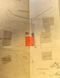 Plánek zobrazující umístění lékárny. Pro orientaci uveďme, že byla postavena mezi západní částí budovy bývalé manufaktury a  pivovarem ( později zde byl i první biograf v Litvínově ). Před novostavbou lékárny zde stávala budova sloužící pro účely manufaktury která sousedila s malou továrničkou na výrobu židlí. Obě budovy byly zbourány a r. 1906 postaveny nové. Lékárna byla již třetím objektem tohoto typu v Litvínově