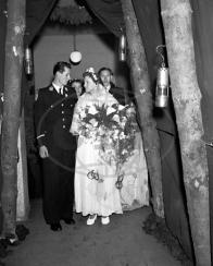 Tradiční hornická svatba v Lomu v r. 1950. Bylo to včera, ale páru by dnes bylo jistě přes  80 let..