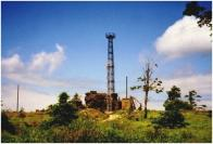 Vrchol Loučná 2008 Severní skála, pozorovací věž a retranslační stožár na vrcholu Loučné, pohled od jihu.V 50.letech 20.století ho využívala armáda, která zde místo trigonometrického bodu vystavěla železnou pozorovací věž