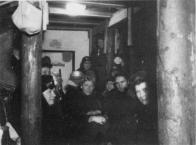 Vnitřek sklepa proměnného v kryt, s dodatečnými vzpěrami. Německo 1944.