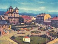 Náměstí Budovatelů koncem 60. let, kdy byly dokončeny parkové úpravy