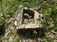 Praví se, že objekt pily byl celý ze dřeva, ale později byl přestavěn na dům, takže je možné, že tato zárubeň je již zbytek po stavení.
