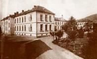 Městská nemocnice vybudovaná v letech 1851 až 1855. Pohled směrem od vrátnice pochází z pozdějšího období po druhé světové válce