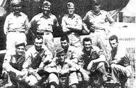 Pilot Sidney H. Brooks (stojící první zprava) se svou osádkou na italské základně. Jejich letadlo bylo sestřeleno nad Teplicemi a několik letců bylo na místě ubito. Foto archiv musea Litvínov
