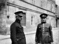 Vpravo Václav Šimůnek s velitelem městských strážníků Josefem Čmerdou
