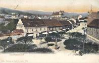 Náměstí Jánské, vlevo Hotel U tří lip, zády k nám socha Jana Nepomuckého