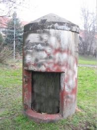 Německý pozorovací objekt zvané Einmannbunker. Tento je v Alešově ulici