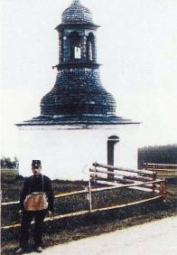 Původní kaple se zvonicí v Lesné