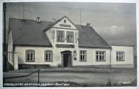 """Restaurace-Gebirgshöhe (Horská výška) majitele J. Grumptmanna.    Stavbu nechal postavit v roce 1800 penziovaný finanční inspicient Edmund Walter, krátce nato přešla budova na A. Waltera, tehdy bydlícího v Mostě. Od něho ji koupil J. Grumptmann. Ten zde, v 735 metrů vysoko položeném sedle provozoval hostinec. Protože se živnost dobře rozvíjela, mohl již v roce 1896 provést první přestavbu, v roce 1934 byla uskutečněna přestavba poslední.    Kolem hostince procházela prastará cesta z Mostu přes H. Jiřetín do Deutschneudorfu v Sasku. Ten kdo překonal výškový rozdíl 500 metrů mezi H. Jiřetínem a Novou Vsí, ten si zde mohl dopřát chlazený nápoj a jídlo na další cestu.  Po skončení války, v roce 1945, obsadilo hostinec velitelství místní milice. Pro mnohé Němce se stal hostinec domem utrpení a mnozí, kteří nepřestáli mučení nebo byli zastřelen, byli zahrabáni u Malého kamene nebo v blízkém okolí. (Pamětníci uvádějí též místo za hřbitovní zdí).  Kolem roku 1975 byl hostinec """"Gebirgshöhe"""" - Výšina zbourán."""